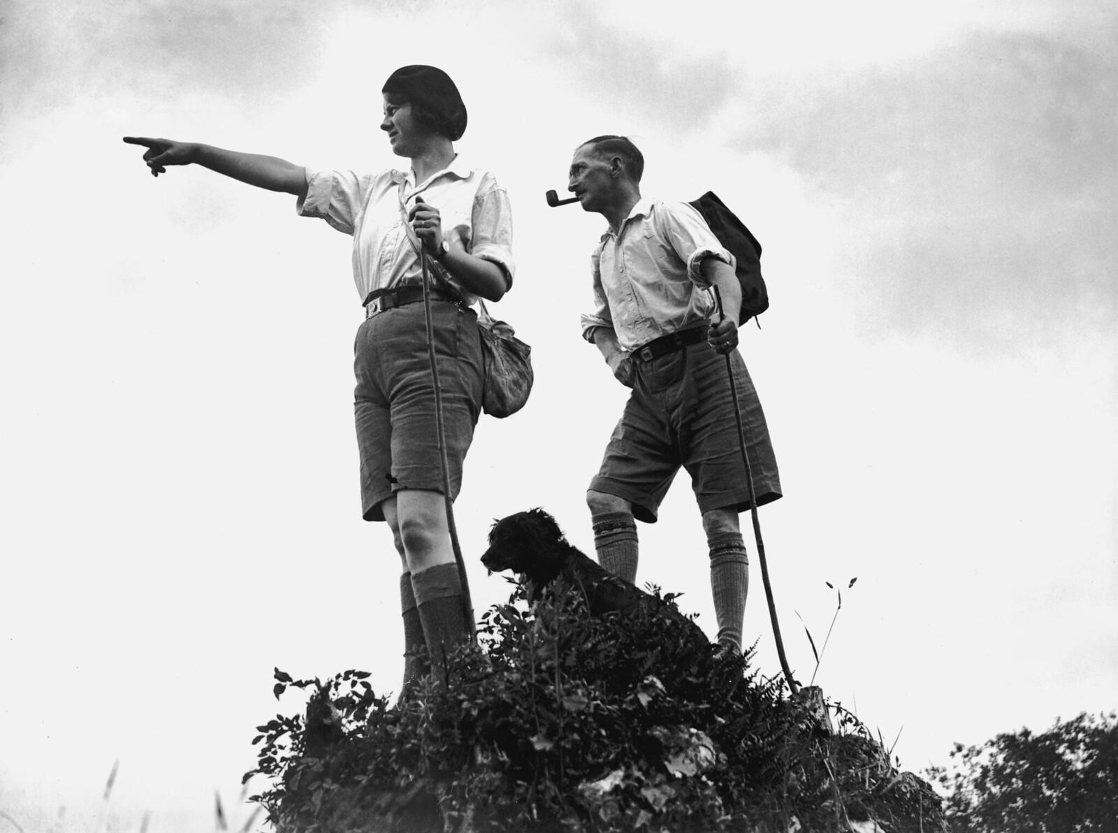 1931. Английская пара мистер и миссис Н. Смит во время праздничной прогулки по северному Девону. 8 июня.