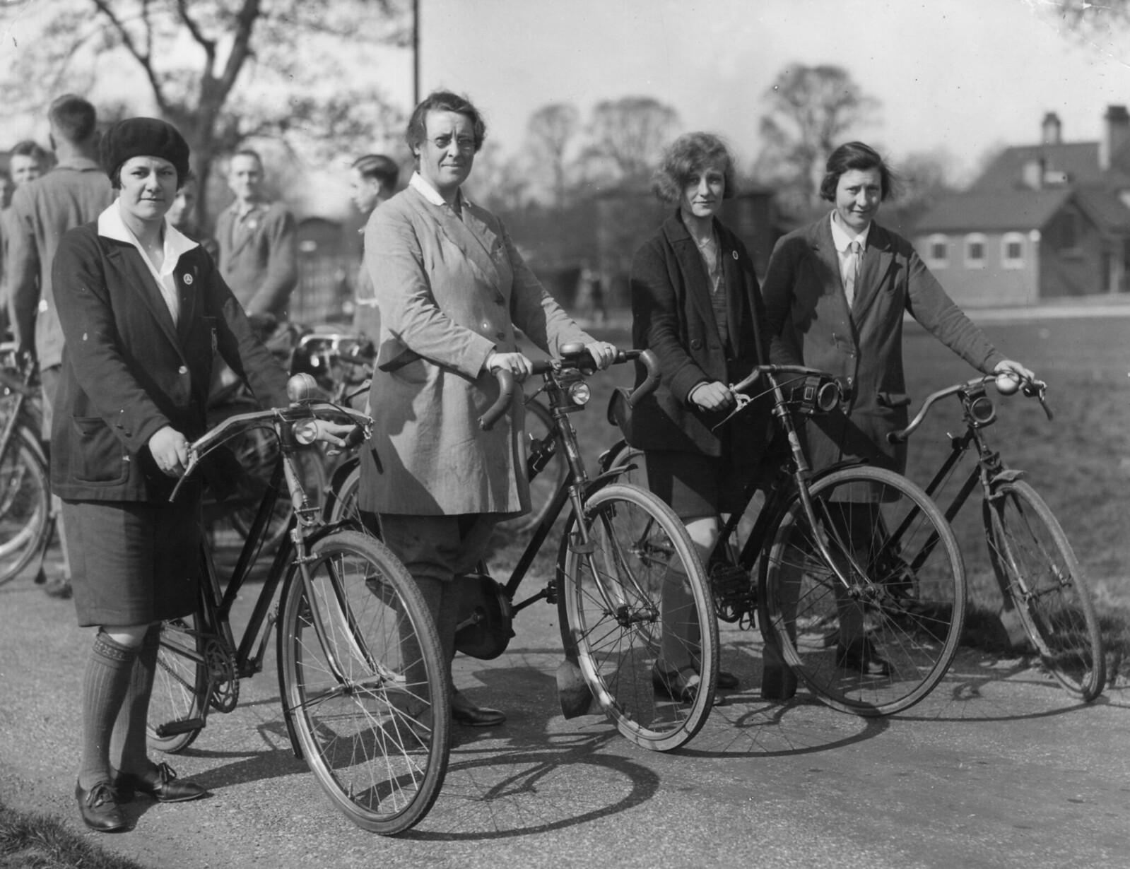 1931. Члены южной секции Туристического клуба велосипедистов в Митчеме, графство Суррей, в первые весенние солнечные выходные .12 апреля