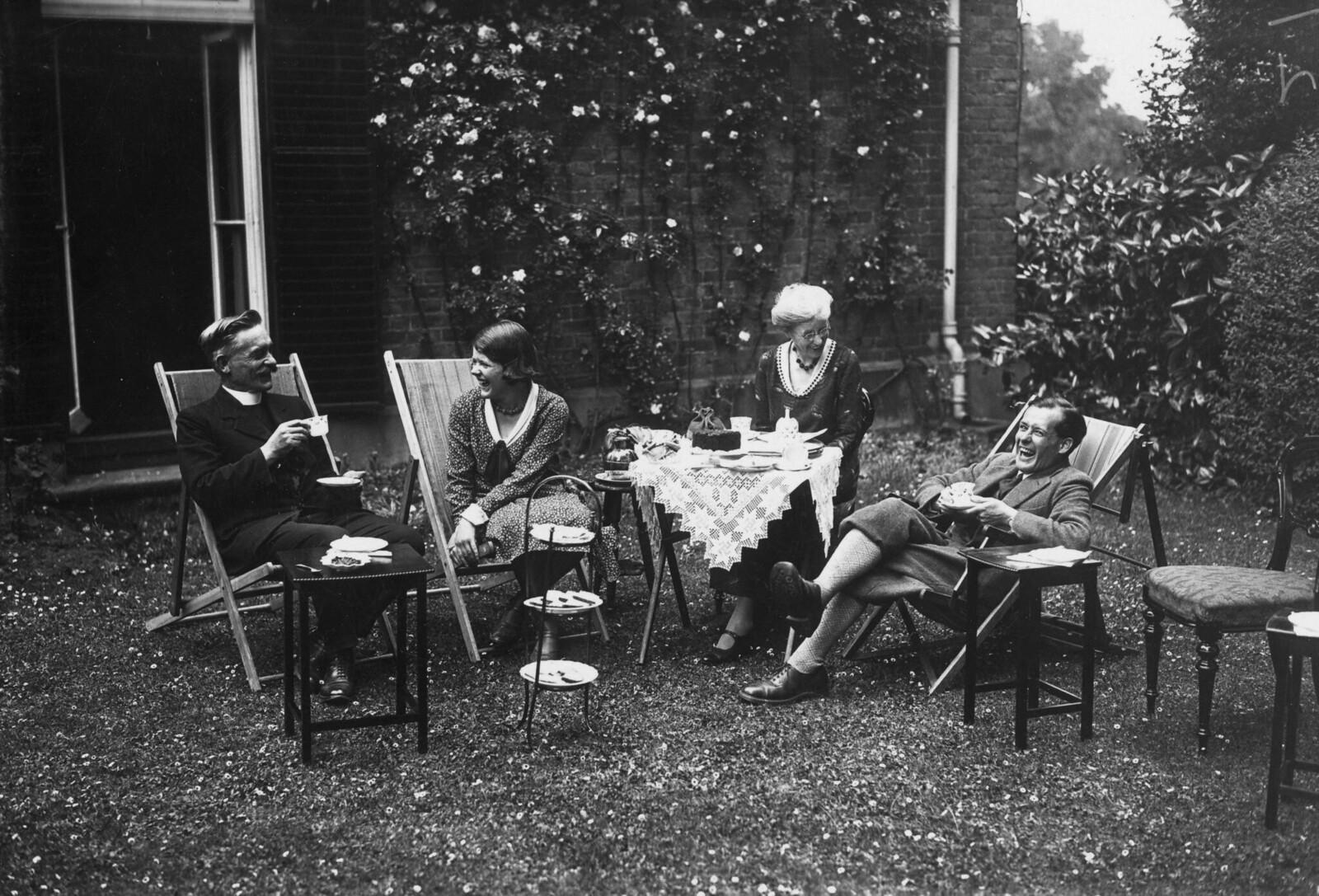 1931. Чай на лужайке в Ричмонд-колледже, Суррей. 9 июля