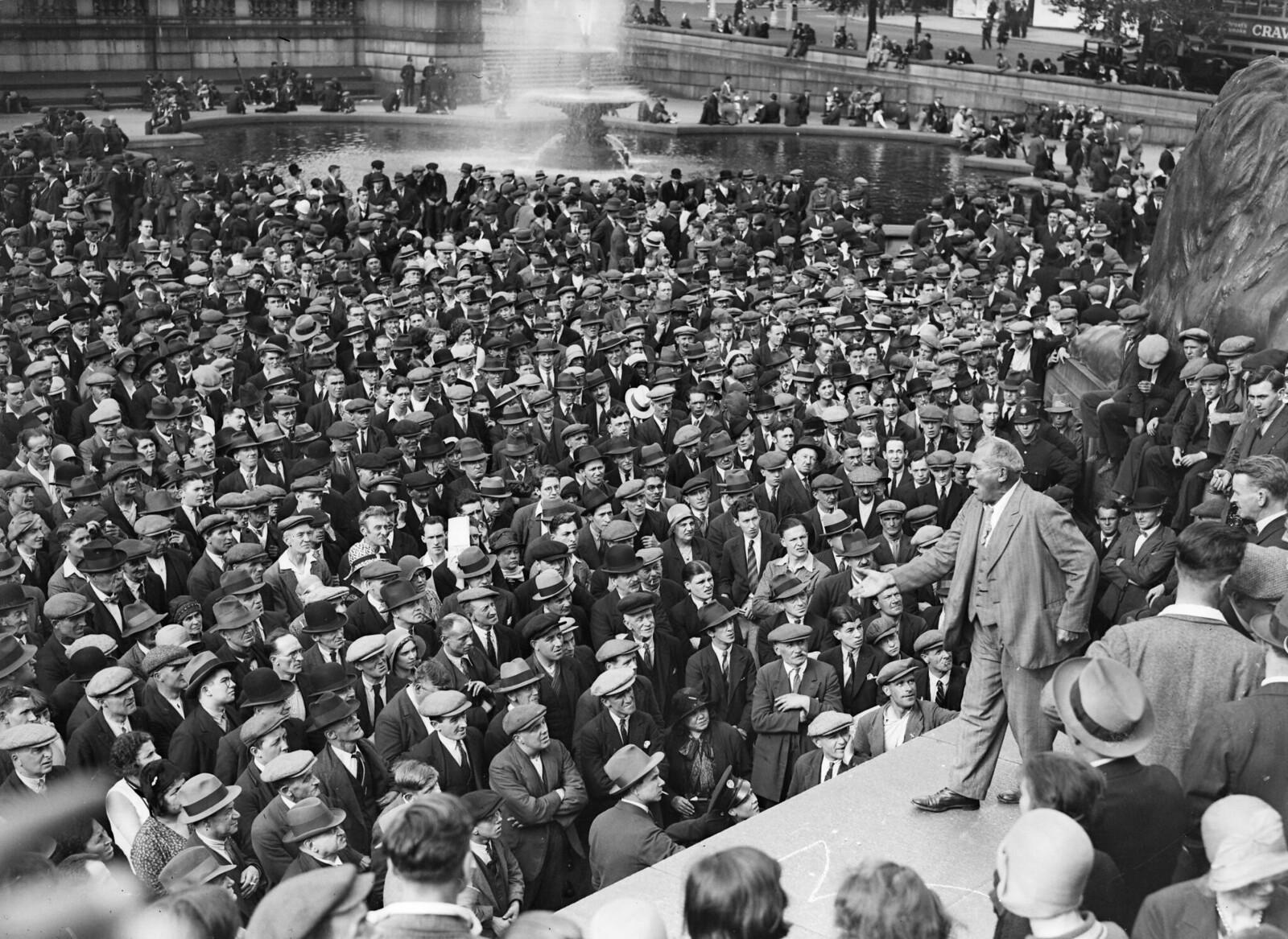 1931. Профсоюзный ветеран Том Манн выступает на митинге коммунистов на Трафальгарской площади в Лондоне. 1 августа
