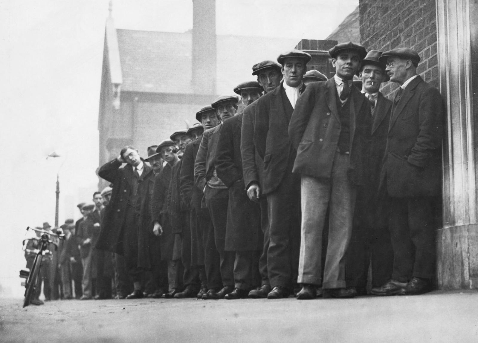 1931. Безработные мужчины выстраиваются в очередь на бирже труда в Мидлендсе 23 октября
