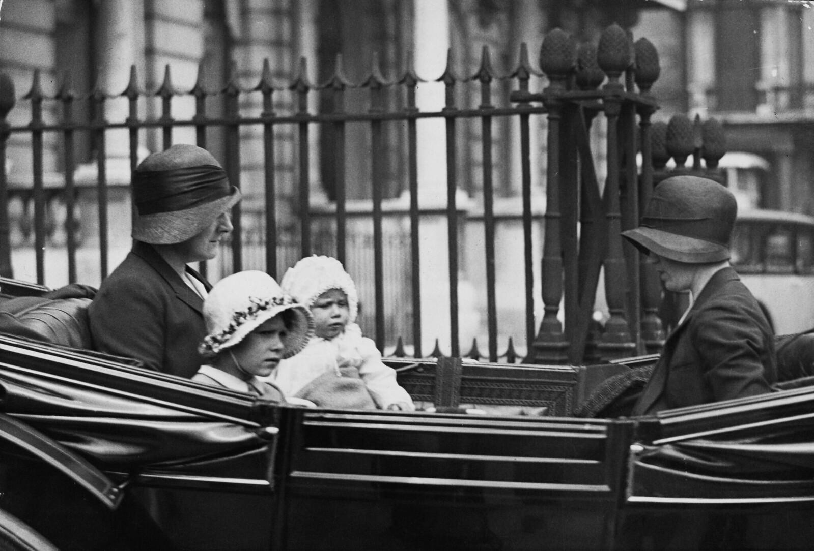 22 июля. Принцесса Елизавета и принцесса Маргарет едут со своей няней, возможно, Кларой Найт, в карете из своего дома на Пикадилли