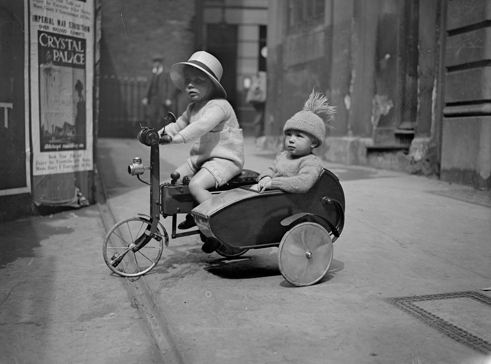 1931. Шотландские дети на велосипеде с коляской в Баллатере, Абердиншир. 18 января