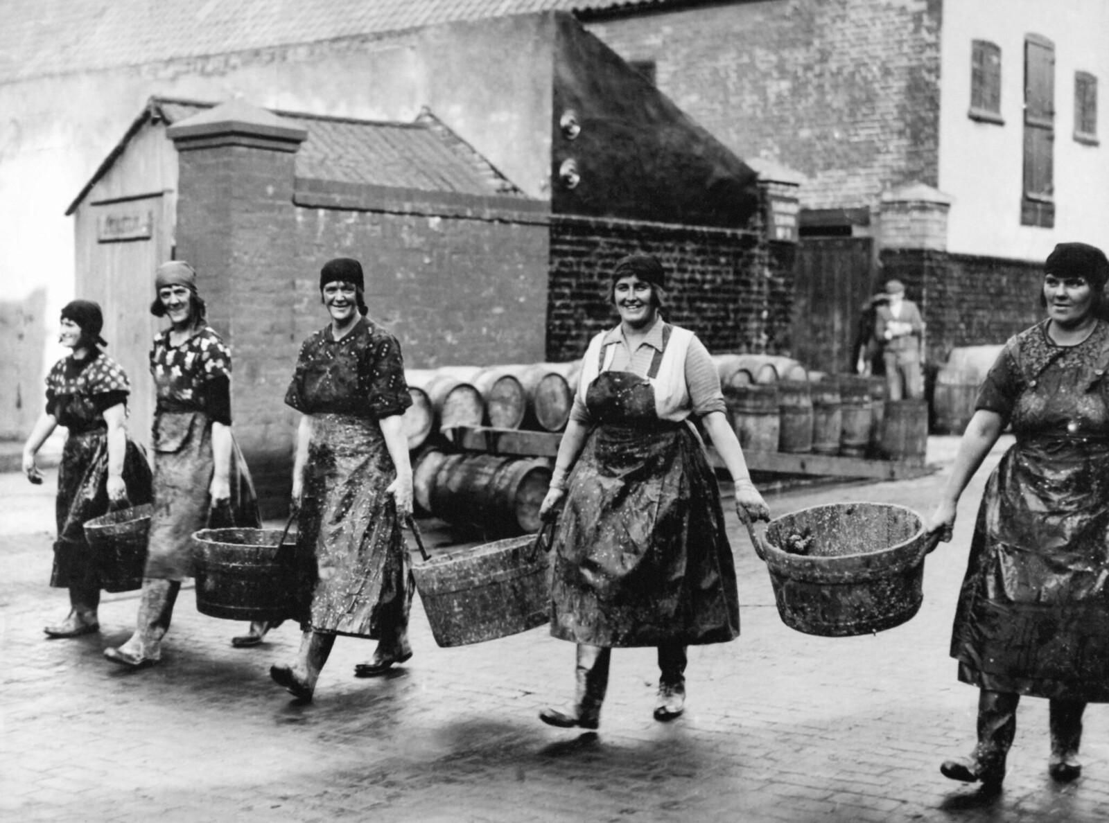 1931. Шотландские девушки-рыбаки идут, чтобы помочь в чистке и упаковке рыбы, привозимой рыбацкими лодками в Грейт-Ярмуте, Соединенное Королевство, 7 октября