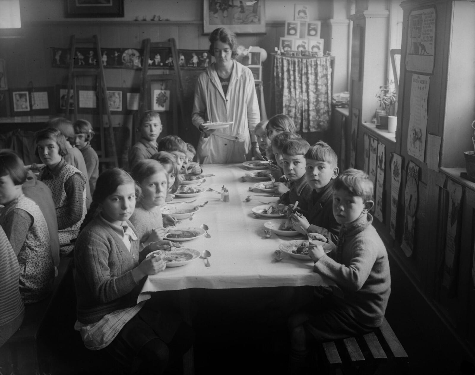 1931. Школьники за обеденным столом в Боксгроув близ Гудвуда, Сассекс. 7 января
