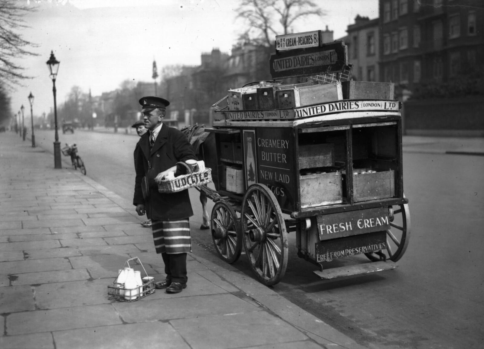 21 апреля. Сотрудник United Dairies Ltd доставляет молоко и продукты в Мейда Вейл, Лондон, на четырехколесной тележке, запряженной пони.