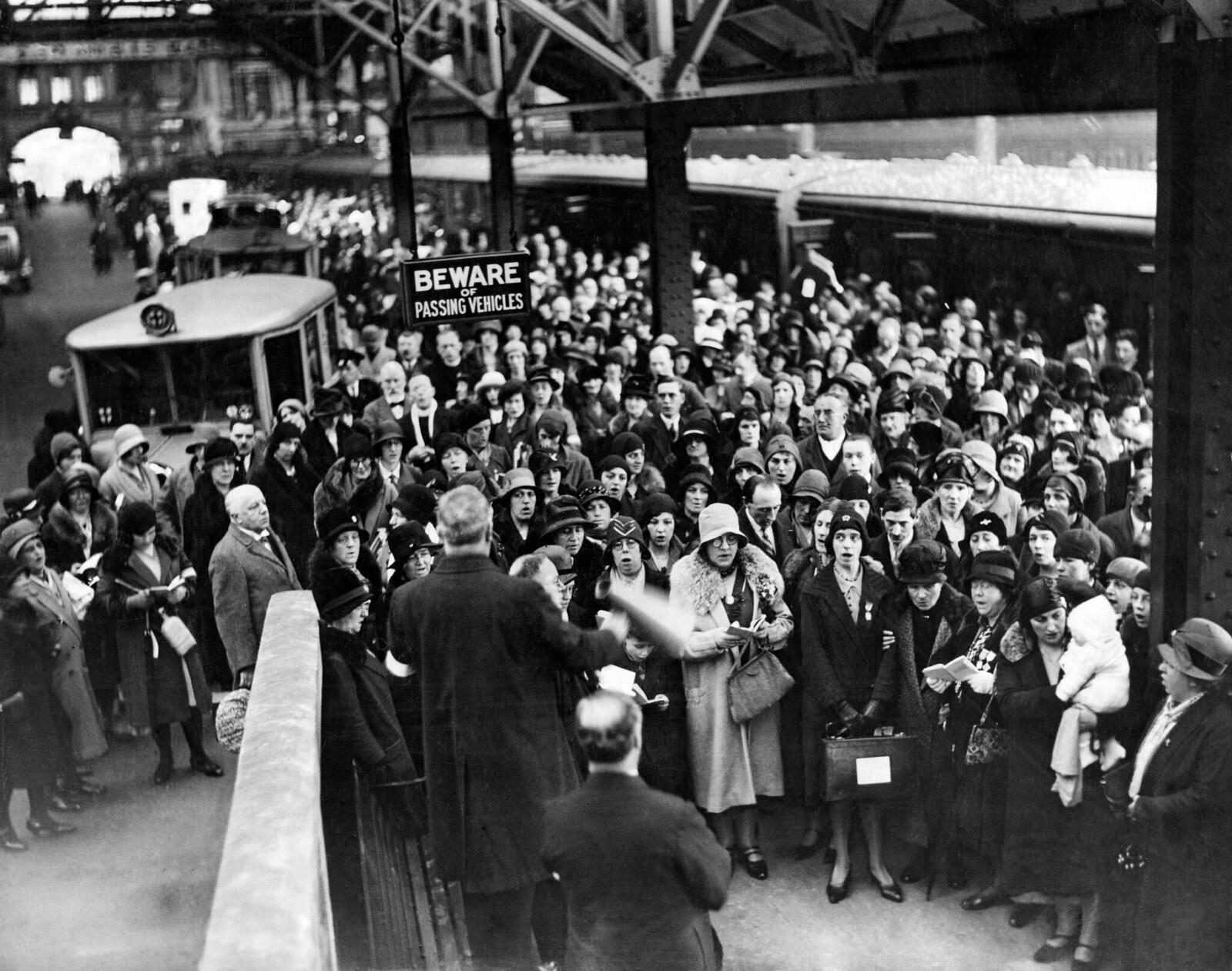 1931. Паломничество в Лурд. Сцены на вокзале Виктория. Перед отъездом поют гимны. Лондон. 12 мая