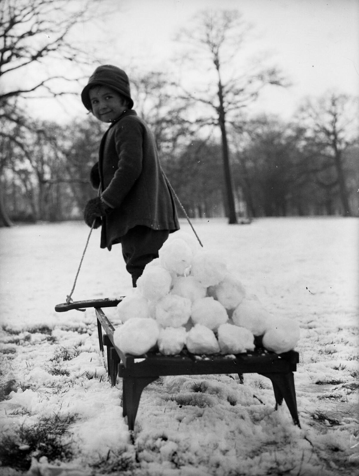 1931. Одним снежным утром маленькая Гвен Беарн тащит свои сани, нагруженные снежками, по лондонскому Хэмпстед-Хиту. 29 декабря