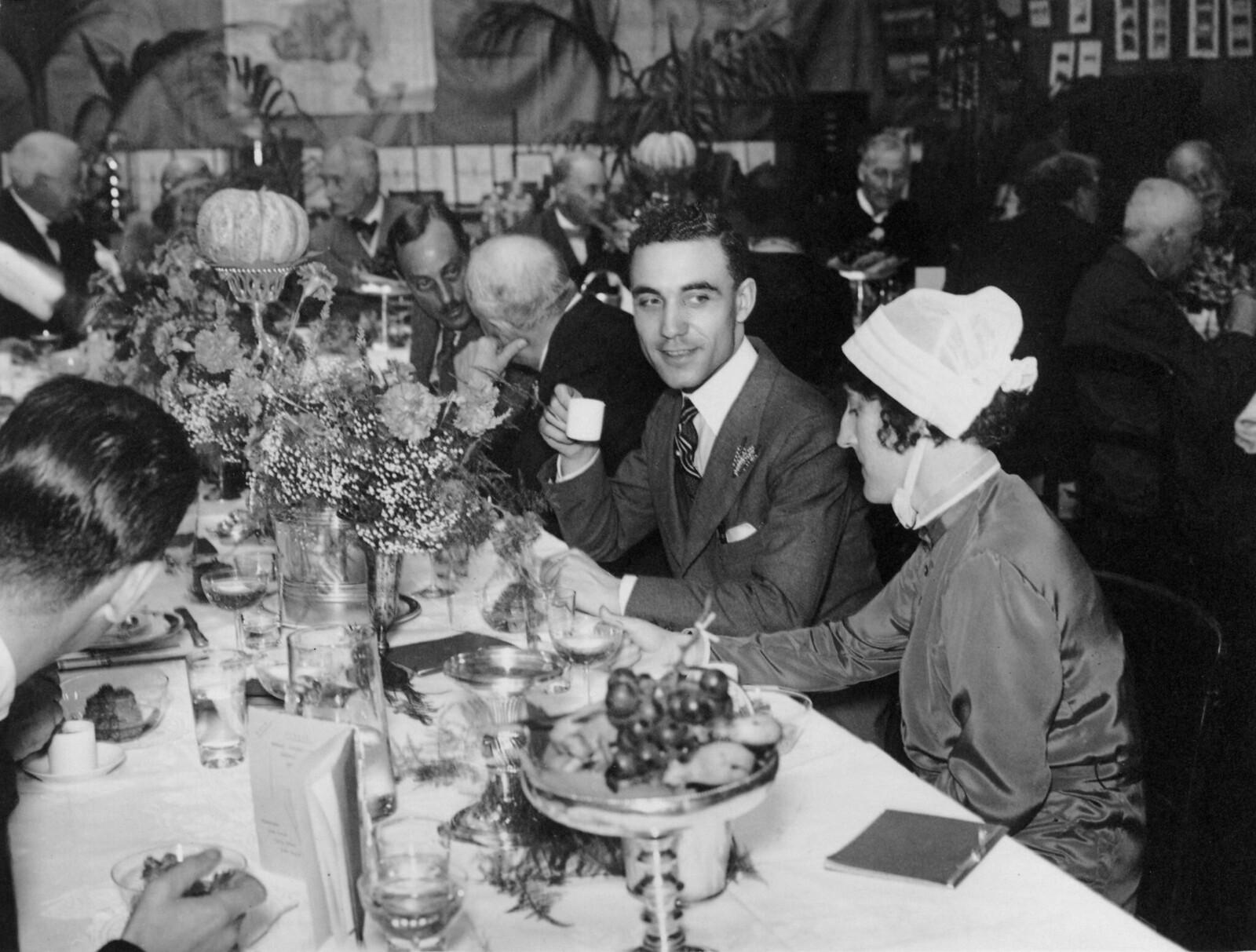 1931. Гости на обеде в честь Дня комаров, устроенного Рональдом Россом в Институте и больнице тропических болезней Росса, Патни, Лондон. 20 августа