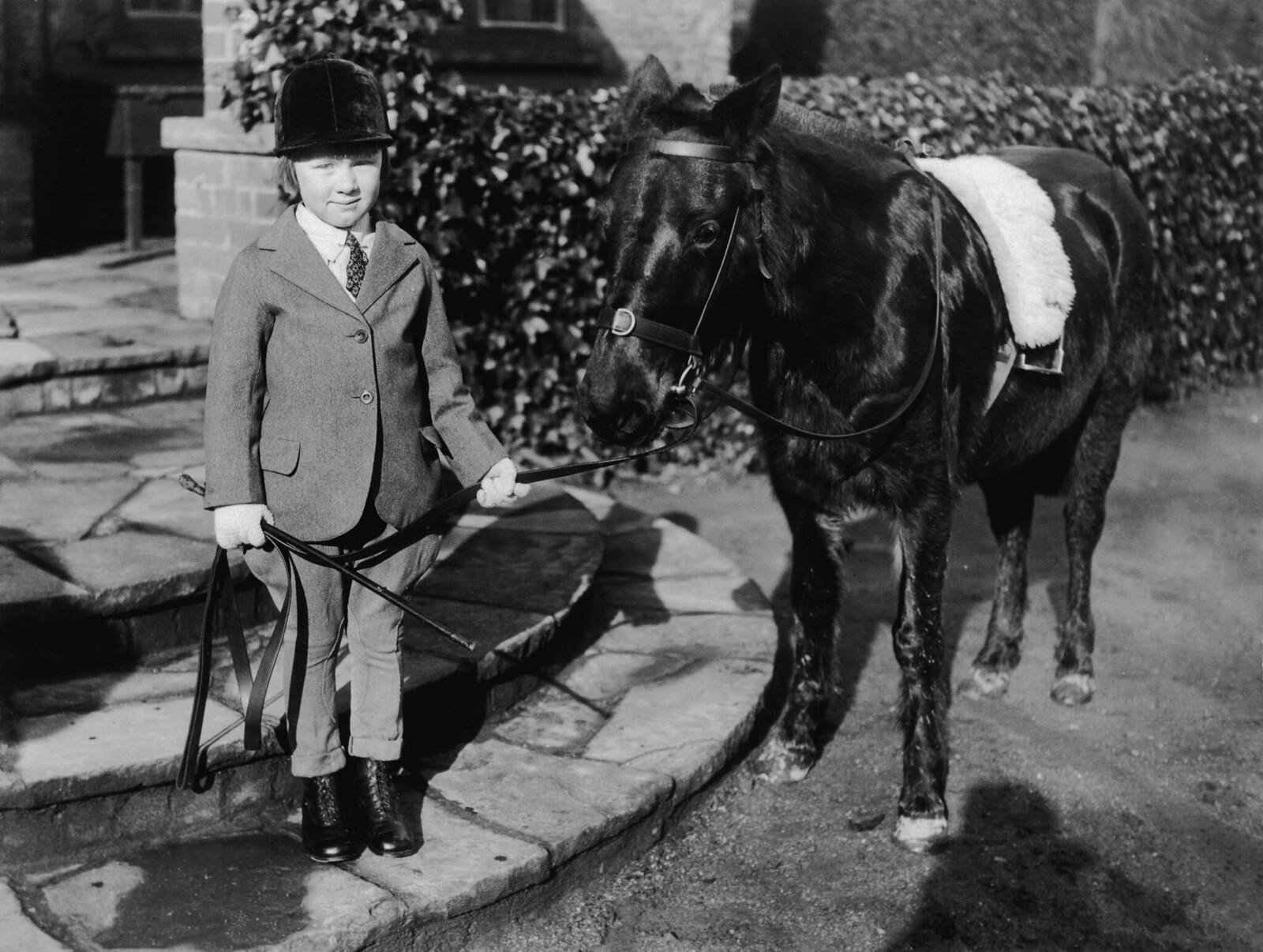 1931.  Пятилетняя Джейн Элизабет Уайтлоу из Корт-Хилл, недалеко от Вантедж, со своей пони Спарклз. Она наследница огромного состояния, оставленного ее тетей, которое