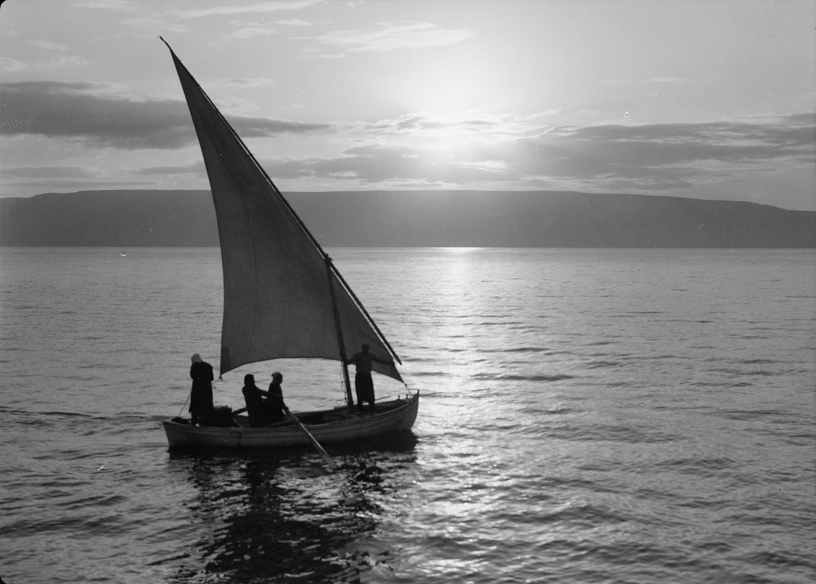 01. Восход солнца на Кинерете и рыбацкая лодка