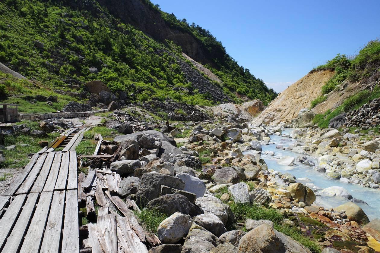 安達太良山・湯畑の木道と硫黄川