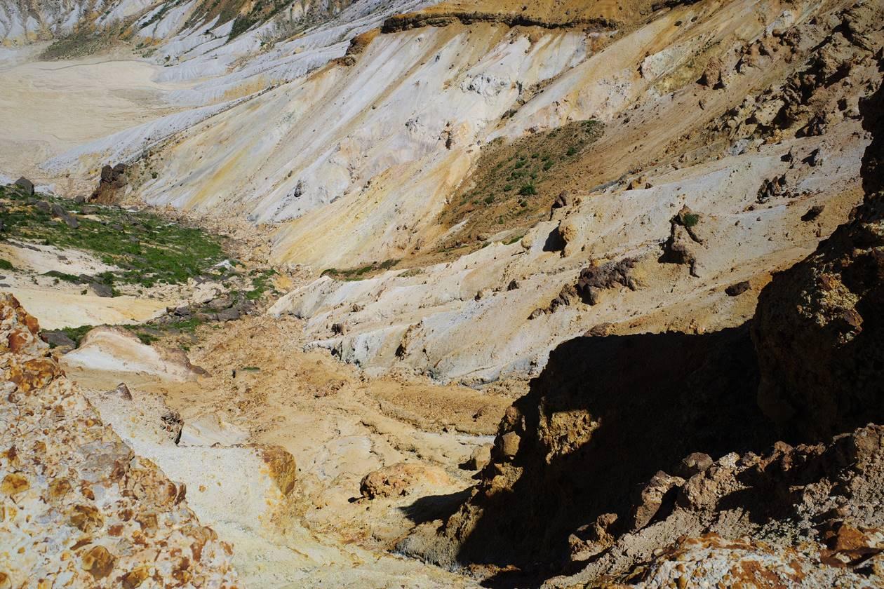 安達太良山 断崖絶壁の火口