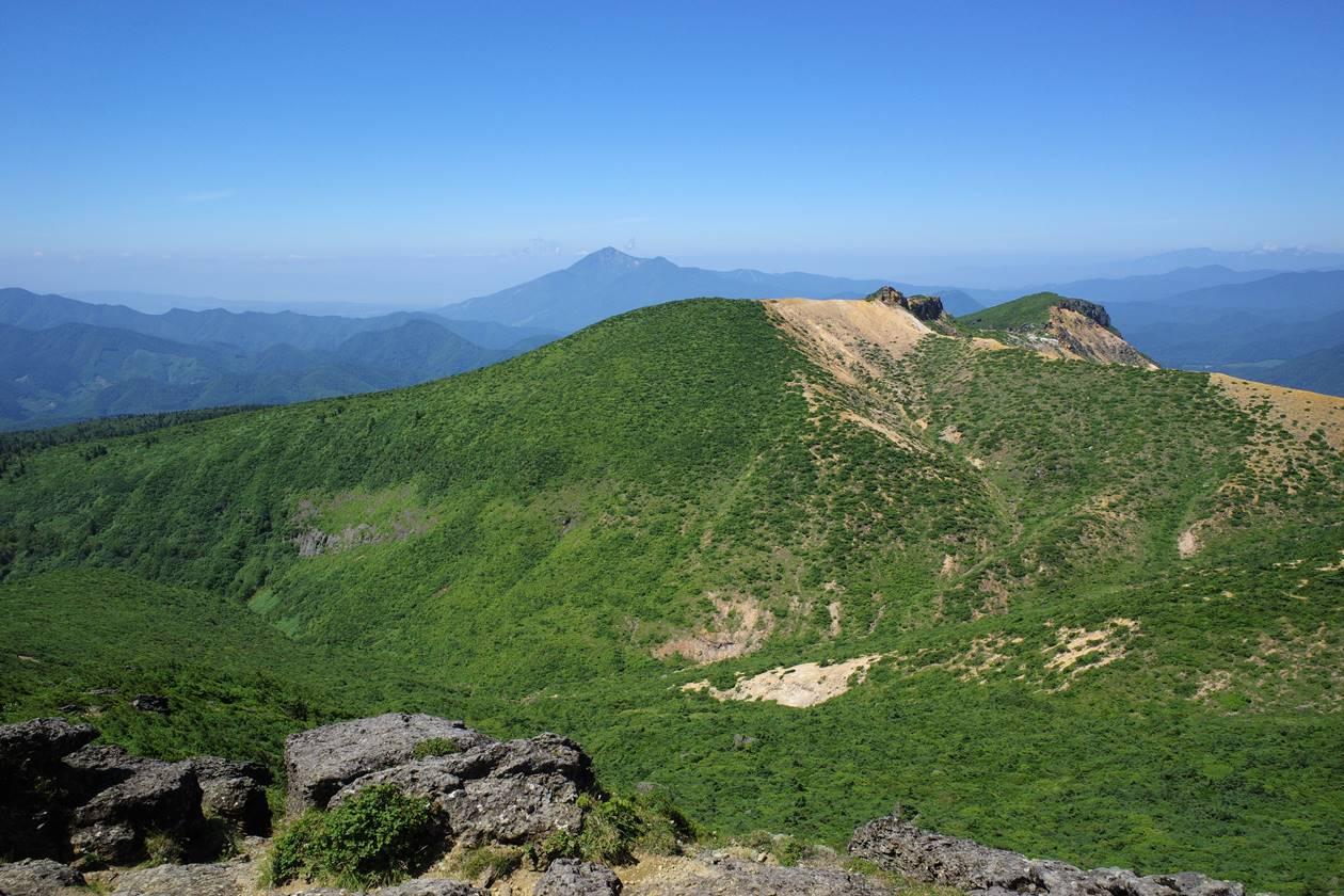 安達太良山山頂から眺める船明神山と磐梯山