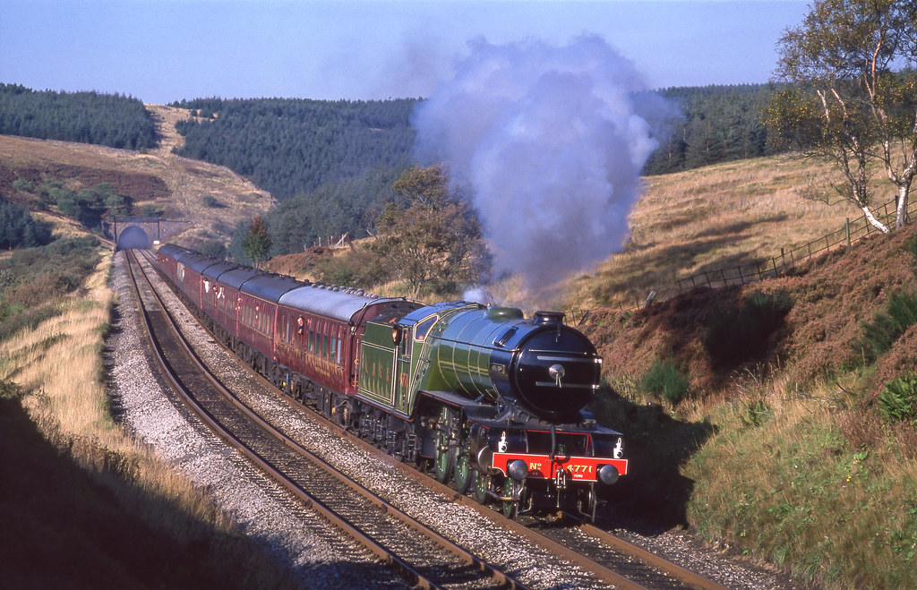 4771 'Green Arrow' Leaves Rise Hill Tunnel. 30/09/1989.