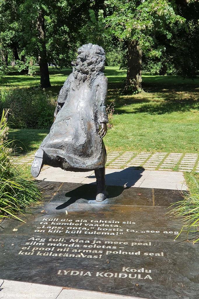 Lydia Koidulan patsas esittää juoksevaa tyttöä.