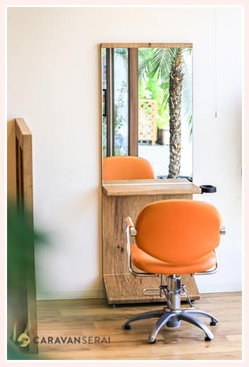 美容室のブース 鏡と椅子