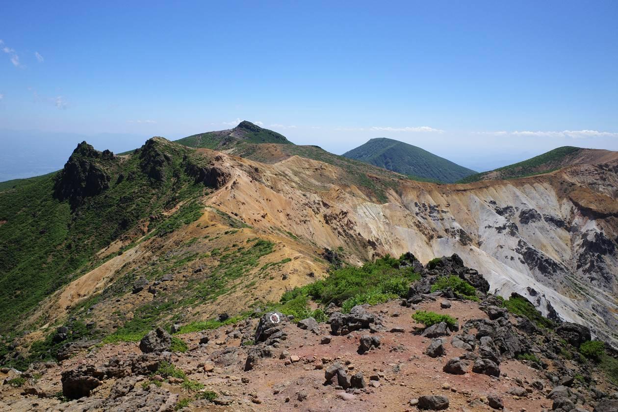 鉄山から眺める安達太良山と火口稜線