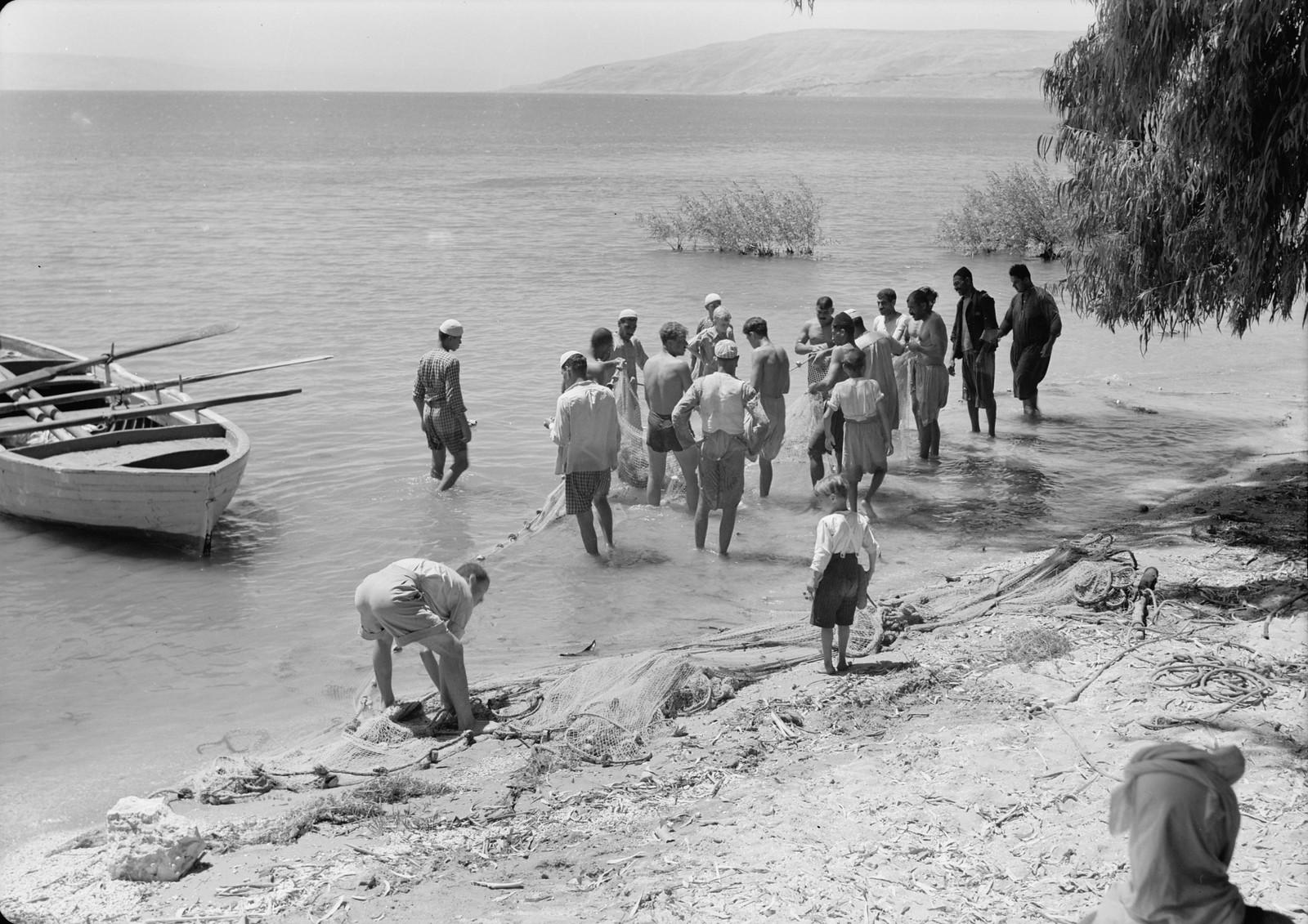 09. Рыбаки на берегу вытягивают сети