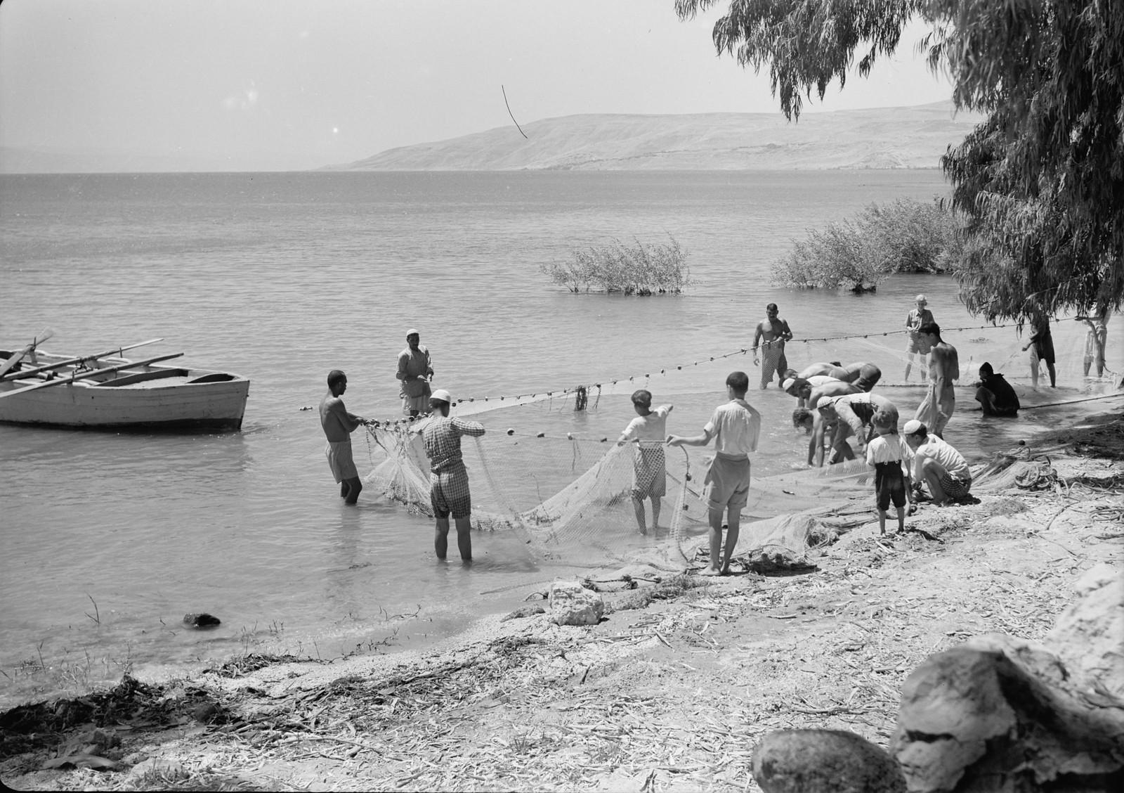 08. Рыбаки на берегу вытягивают сети