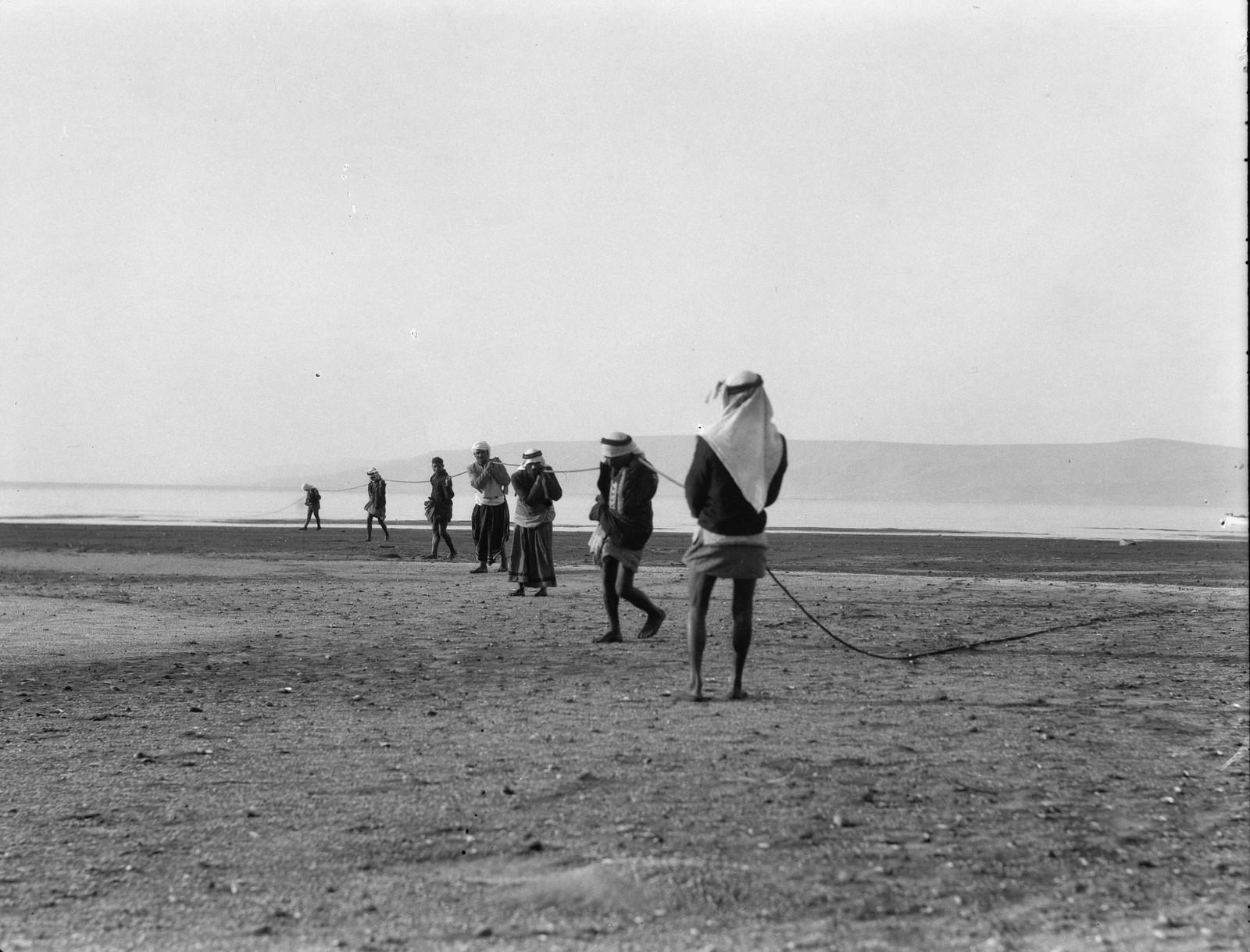 07. Рыбаки на берегу вытягивают сети