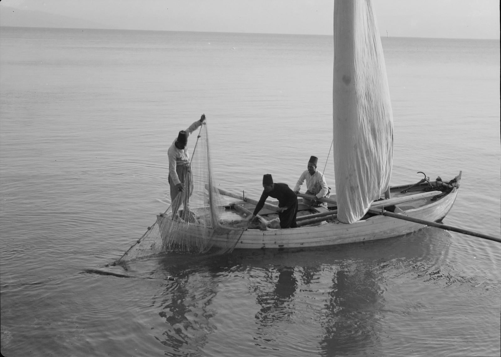 05. Рыбаки забрасывают сеть