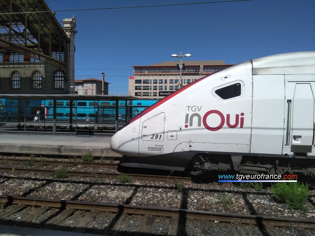Un TGV Inoui en livrée carmillon arrivant en gare de Marseille Saint-Charles