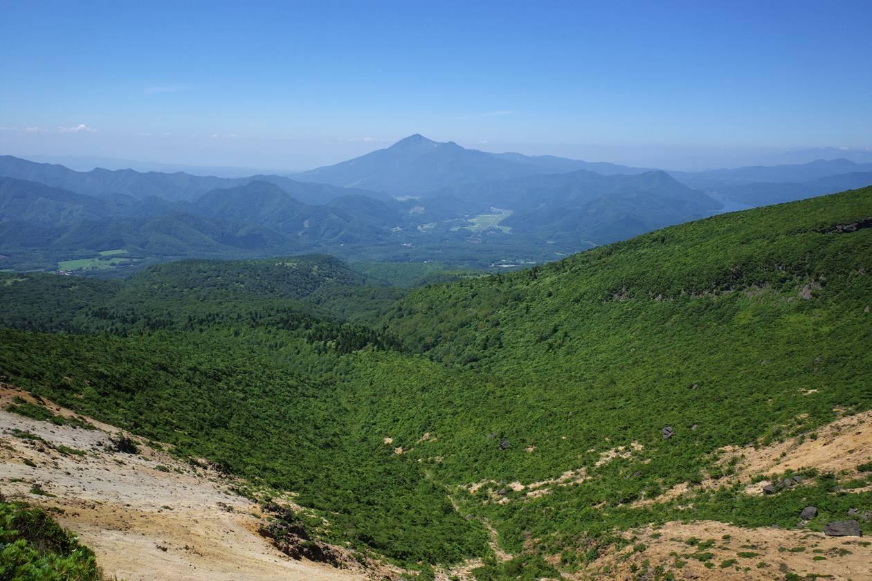 安達太良山から眺める磐梯山