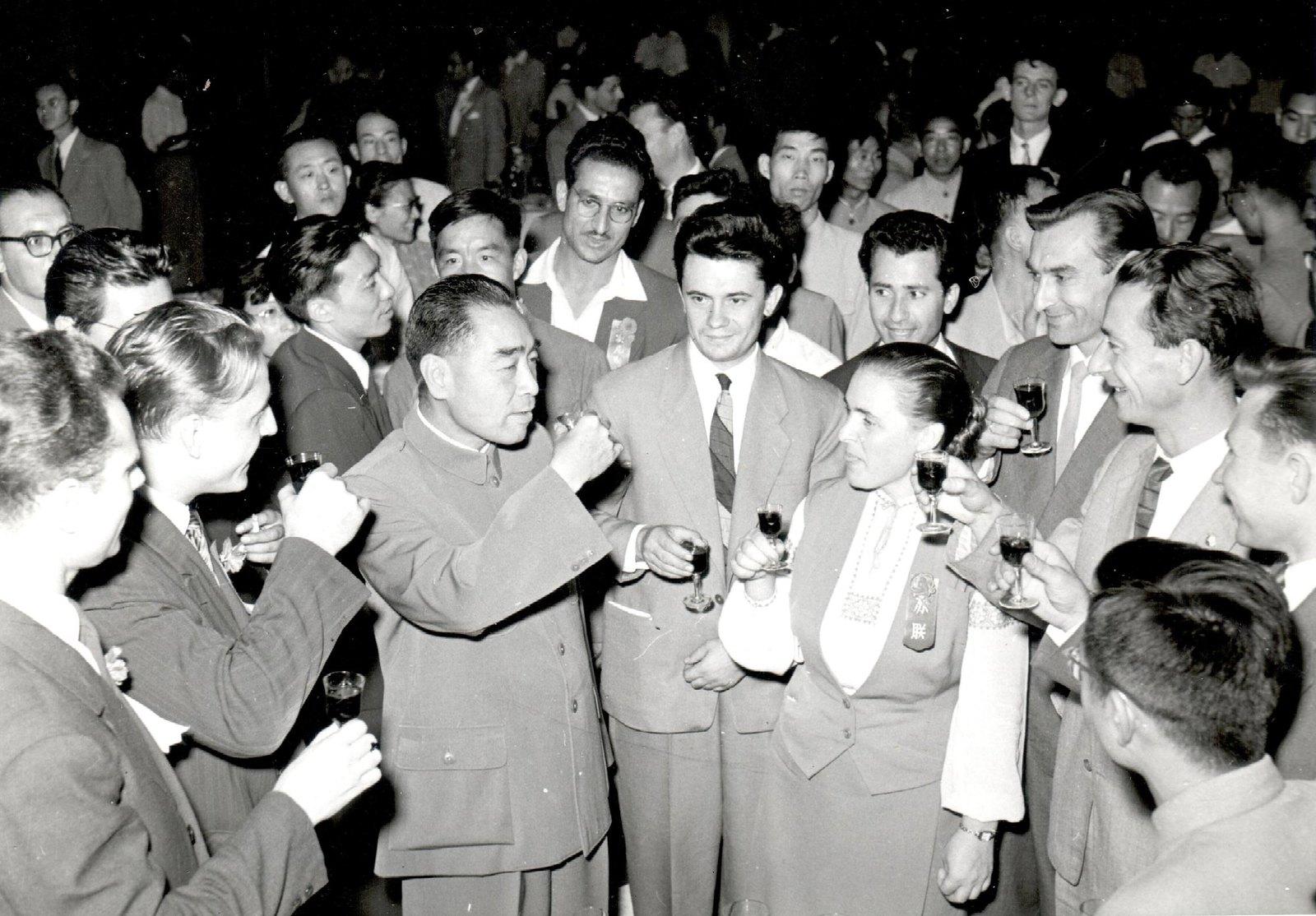 1958. Делегация ЦК ВЛКСМ в Пекине. В центре снимка – секретарь ЦК ВЛКСМ Л.К. Балясная