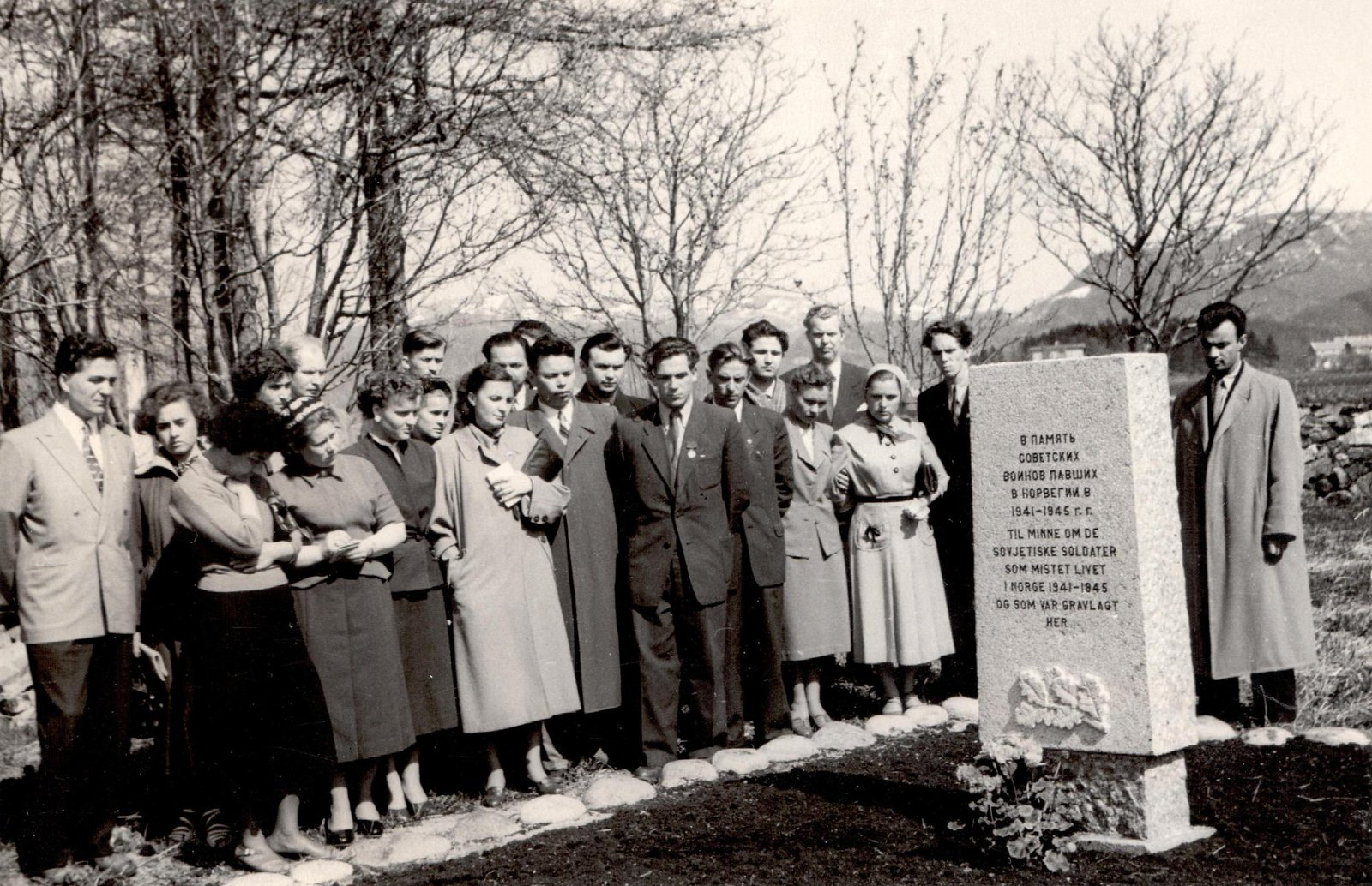 1955. Делегация ВЛКСМ у памятника советским воинам, погибшим в Норвегии