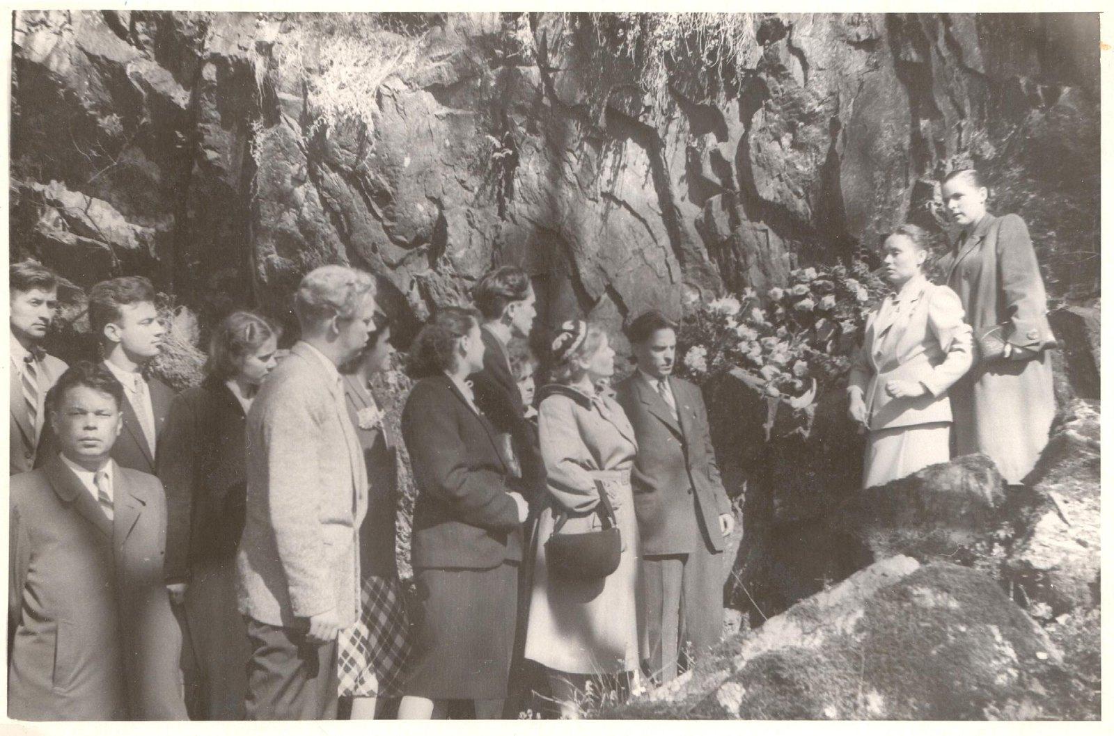 1955. Делегация ВЛКСМ возлагает цветы на могилу Эдварда Грига