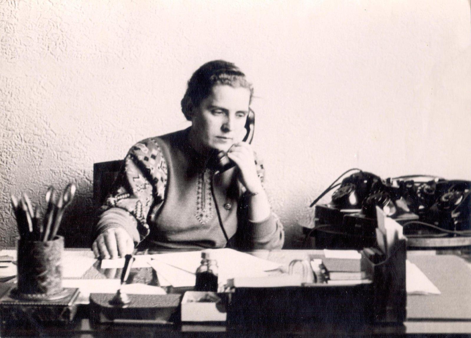 1950-е. Портрет секретаря ЦК ВЛКСМ Л.К. Балясной за рабочим столом