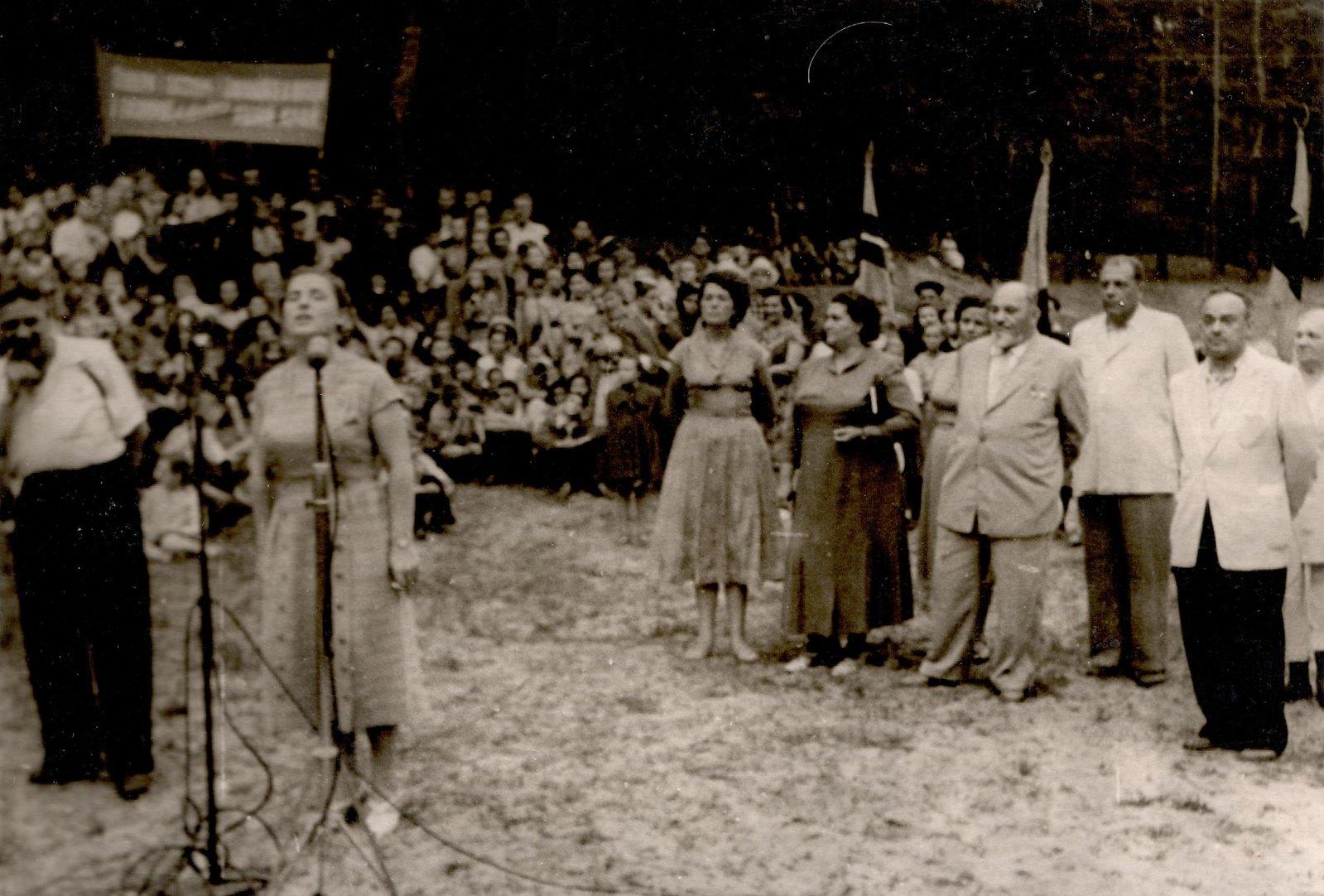 1950-е. Л.К. Балясная выступает в республиканском лагере юных натуралистов под Киевом