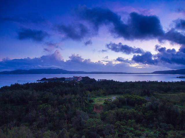 ブセナテラスと名護湾の夜明け
