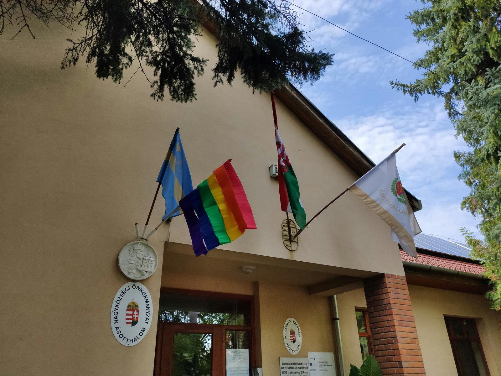 LMBTQ-zászlót tűztek ki az ásotthalmi önkormányzat épületére