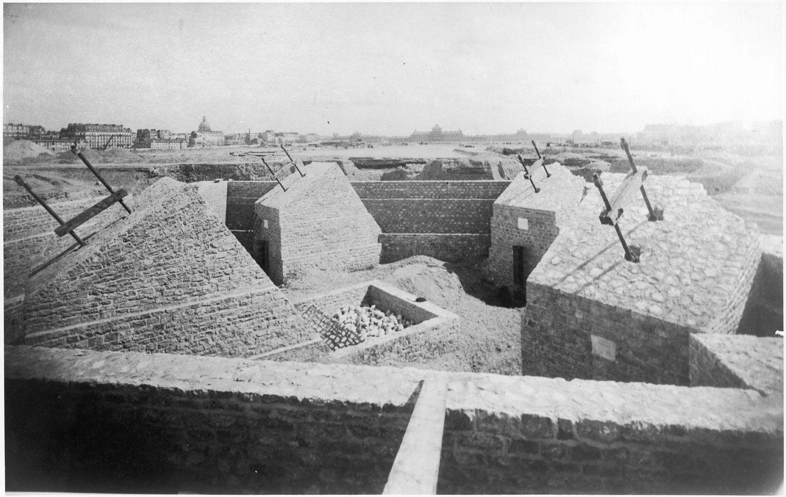 04. 1887. 20 апреля. Основание Эйфелевой башни. 4 гигантских кессона, поддерживающих остальную часть конструкции,