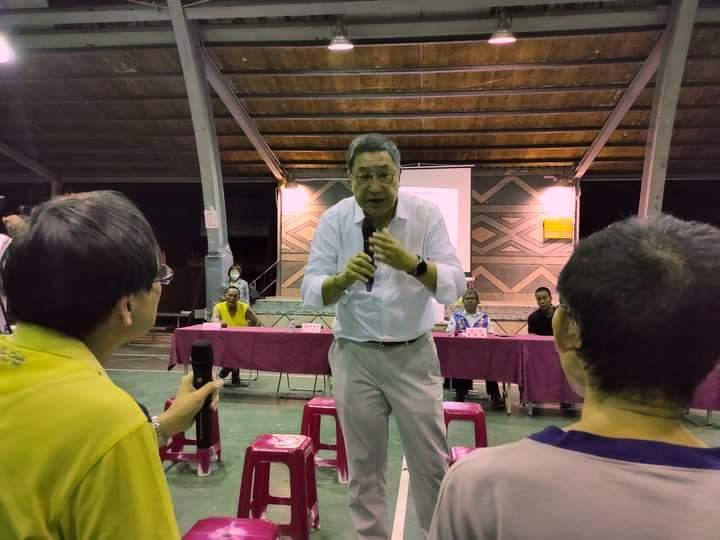 台泥董事長張安平親自向宜蘭澳花村村民說明廢棄物計畫。攝影:林琨堯
