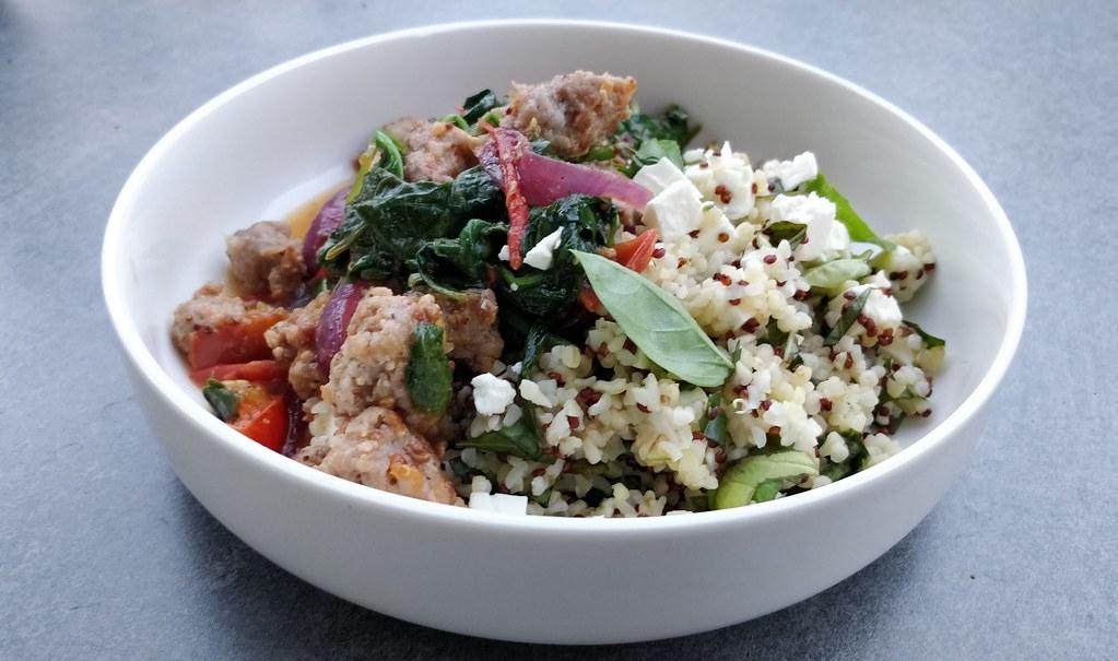 Salsiccia-Spinat-Pfanne auf Bulgur-Quinoa mit Feta