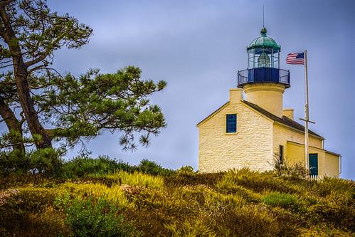 cabrillonationalmonument flag lighthouse nationalmonument oldpointlomalighthouse park pointloma sandiego california unitedstatesofamerica