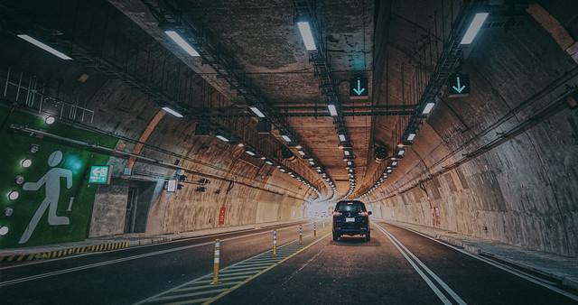 在隧道中駛向出口