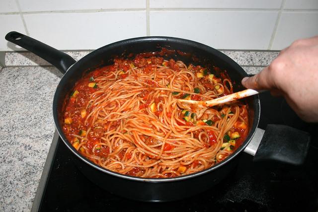 13 - Mix noodles with sauce / Nudeln Sauce vermischen