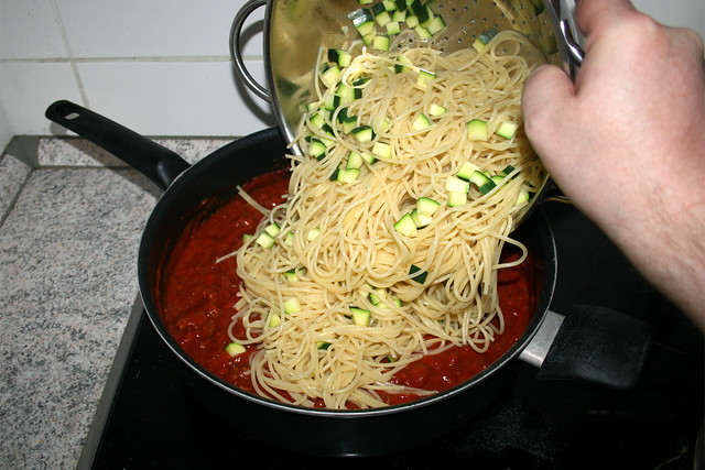 12 - Put noodles & zucchini in sauce / Nudeln & Zucchini in Sauce geben