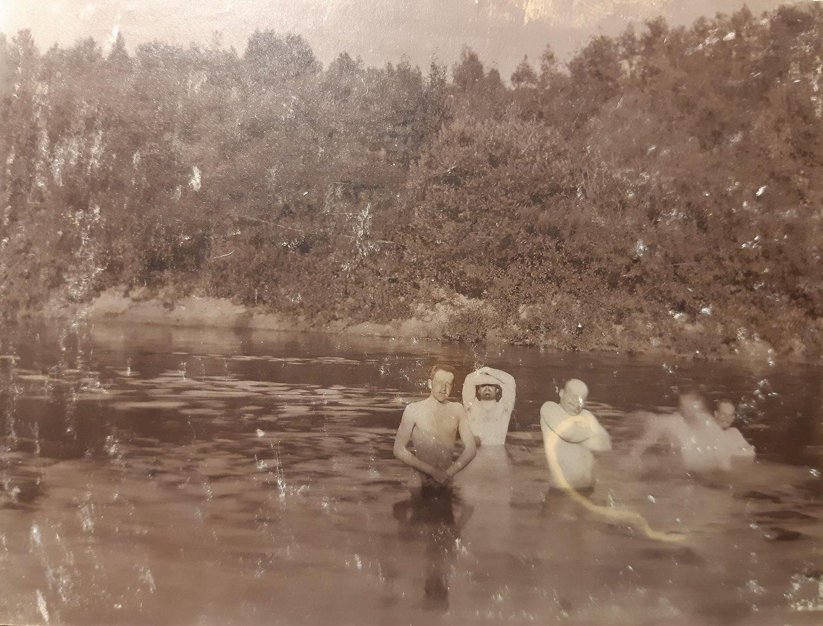 28. Пруд с купающимися