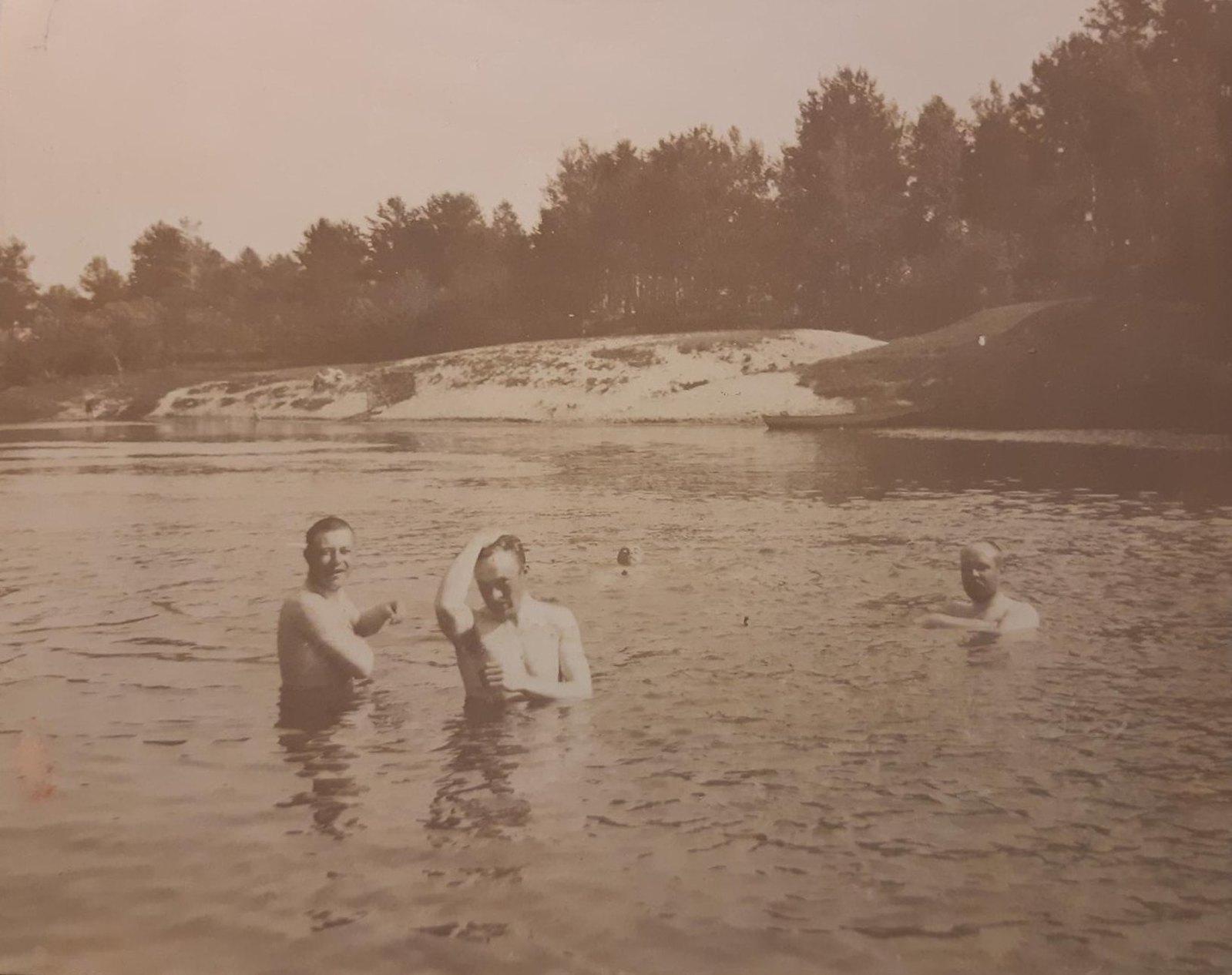 27. Пруд с купающимися