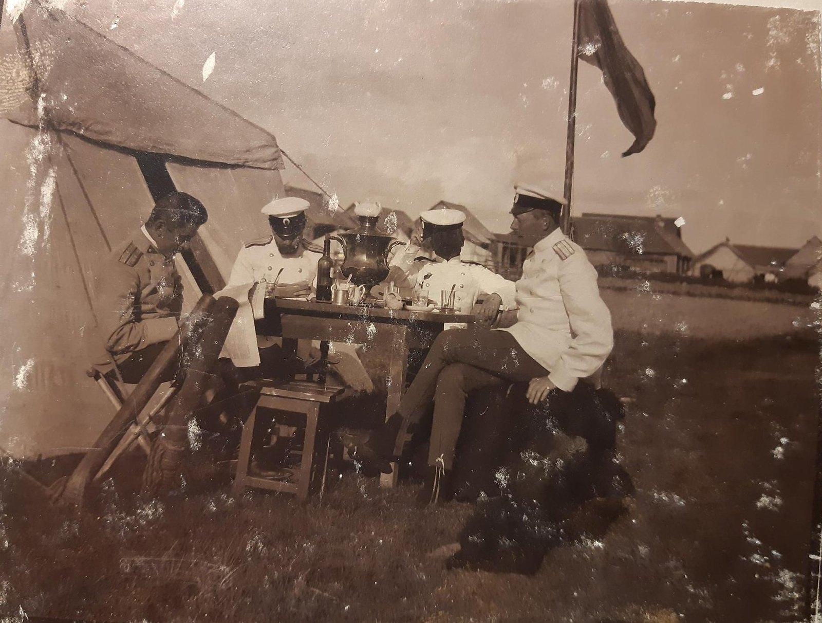 15. Офицеры на биваке за столом