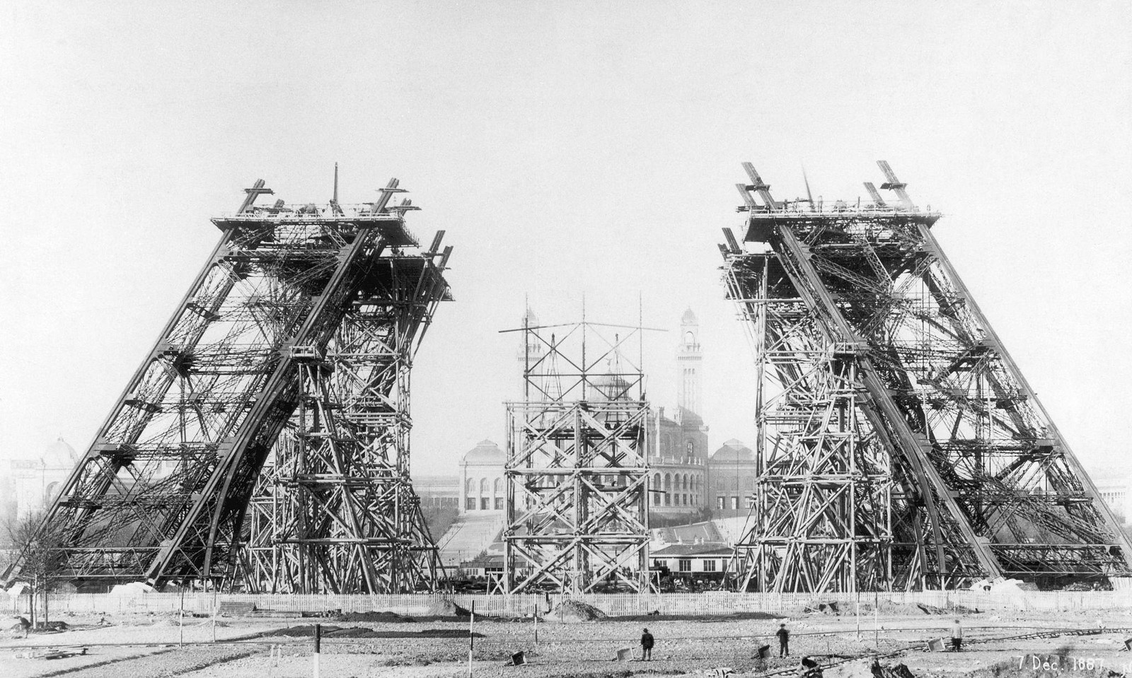 15. 1887. 7 декабря. Четыре наклонные опоры Эйфелевой башни
