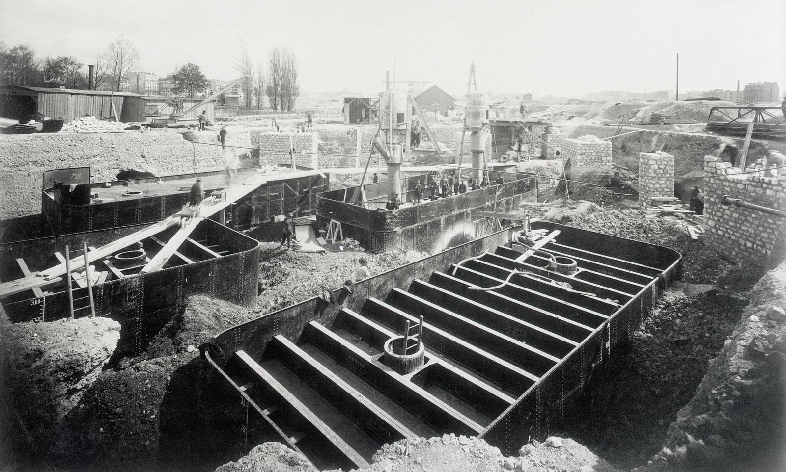 05. 1887. 25 апреля. Подготовка основания Эйфелевой башни. Кессоны ушли на глубину 23 фута под поверхностью