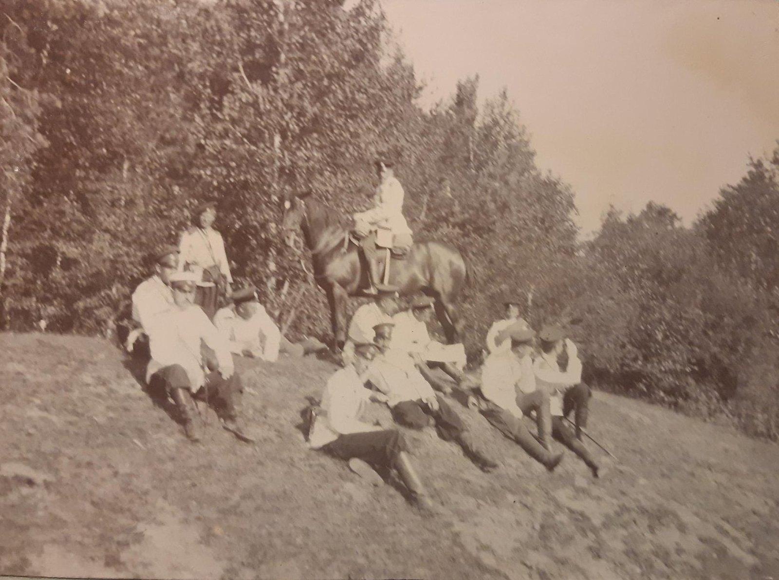 18. Группа военных сидит на пригорке.