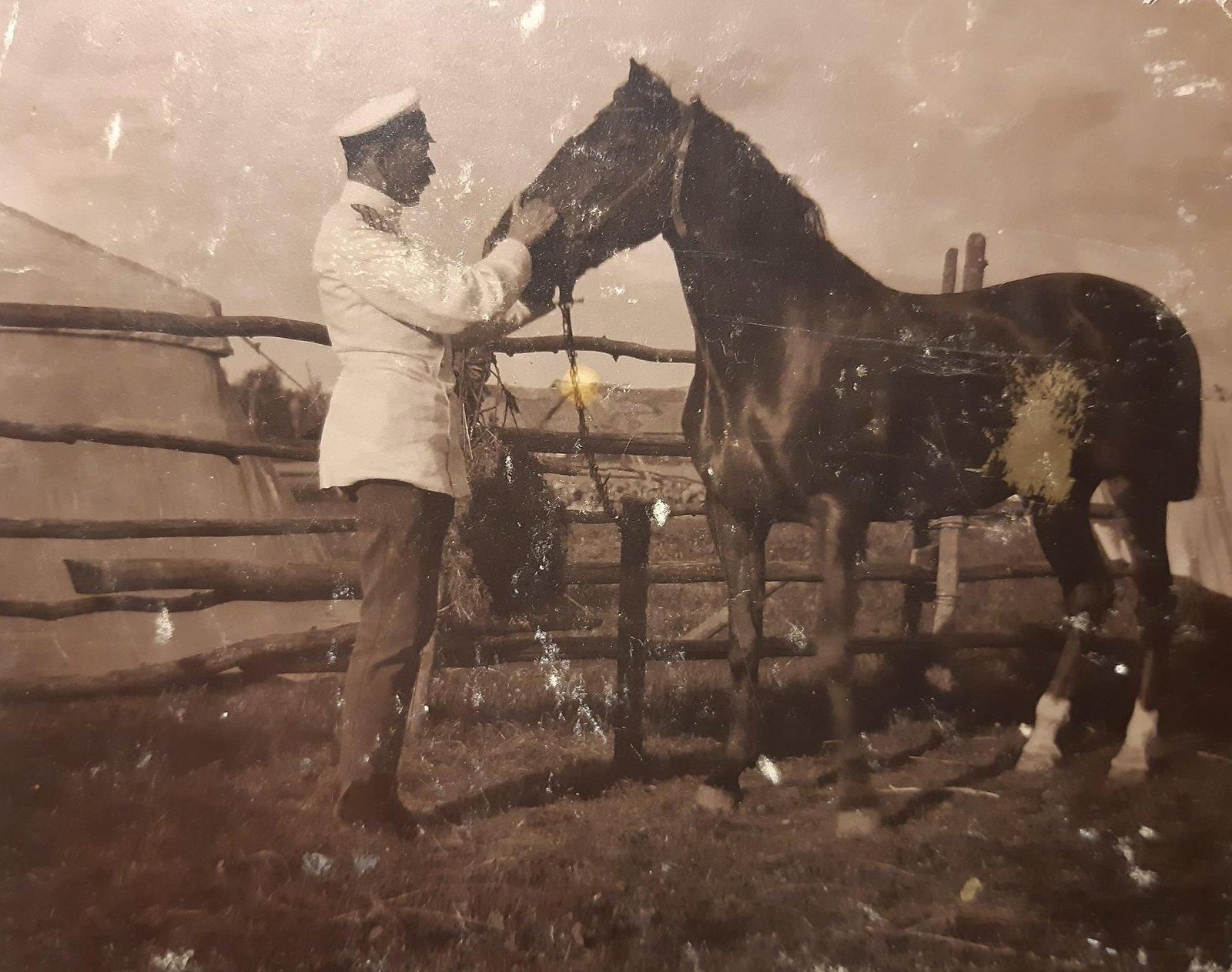 05. Офицер держит за поводья лошадь