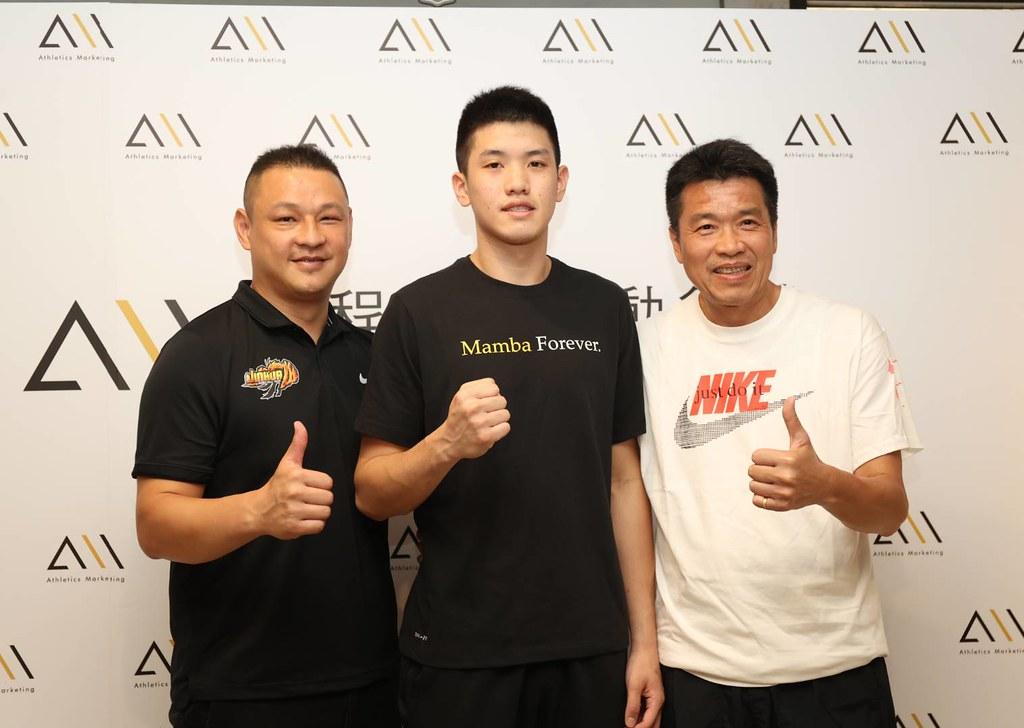 林庭謙(中)與父親林正明(右)、教練吳正杰(左)。 (啟程提供)